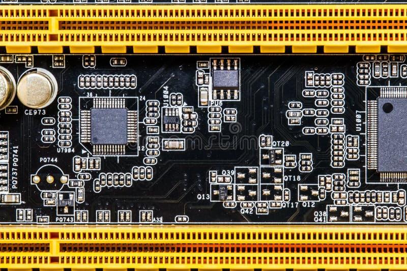 Een Close-up van Moderne Computermotherboard Schakelschema en Condensatoren royalty-vrije stock foto's