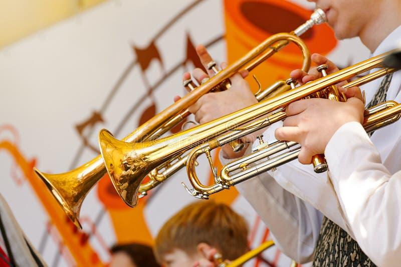 Een close-up van verscheidene trompetters die in een fanfarekorps spelen royalty-vrije stock foto