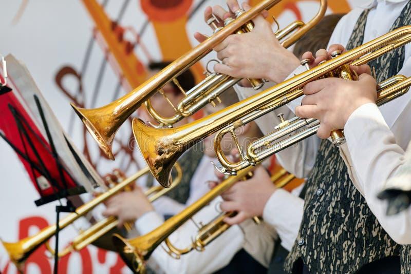 Een close-up van verscheidene trompetters het spelen stock foto's