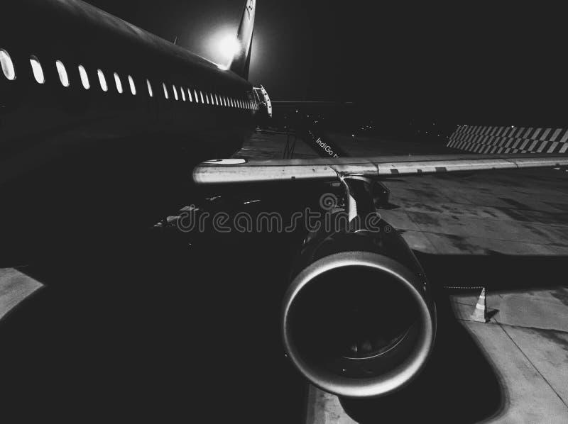 Een close-up zwart-wit schot van een vliegtuigmotor royalty-vrije illustratie