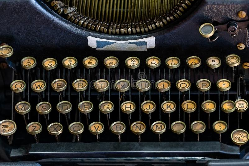 Een Close-upbeeld van een uitstekende schrijfmachineronde sloot Toetsenbord stock fotografie