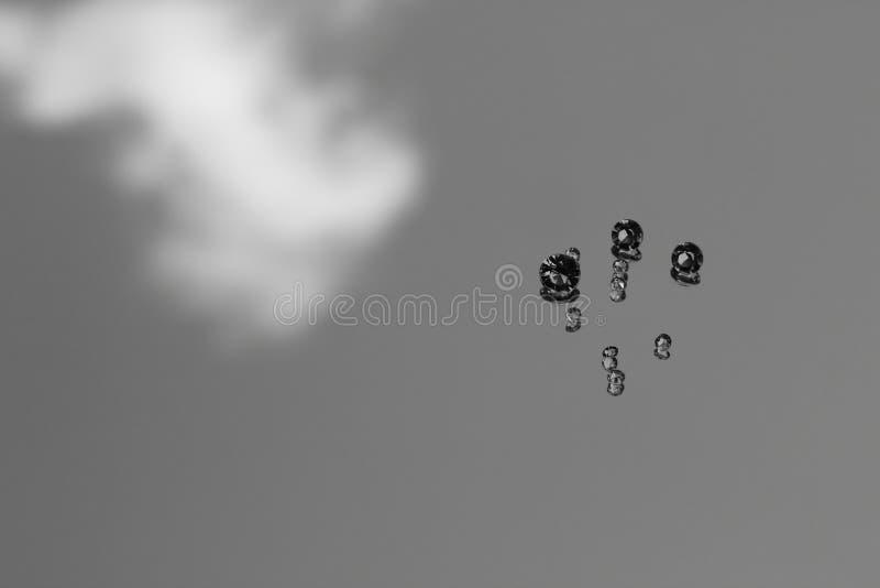 Een Close-upbeeld van Verspreide Diamanten die de Facetten van de Gem op een Rots tonen royalty-vrije stock foto