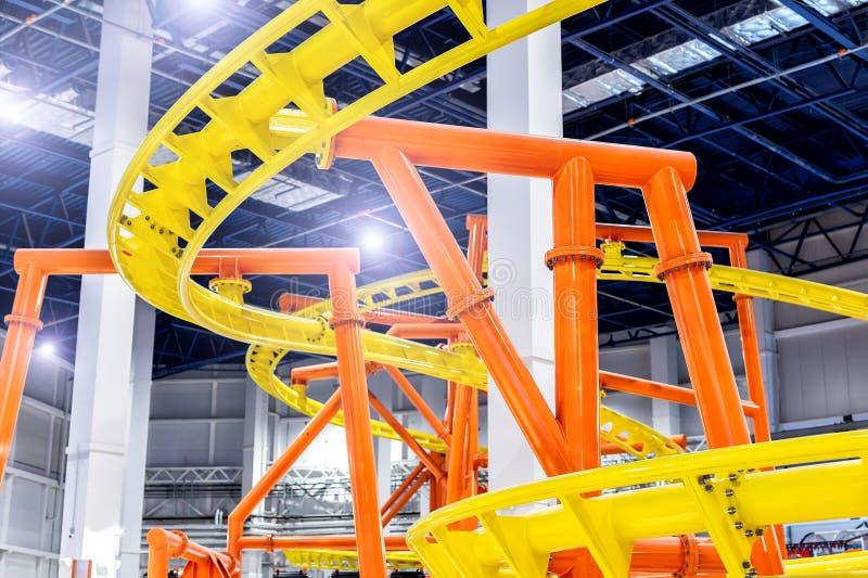 Een close-updeel van achtbaanbouw bij binnenwandelgalerij Pretpark in winkelcomplexconcept royalty-vrije stock foto's