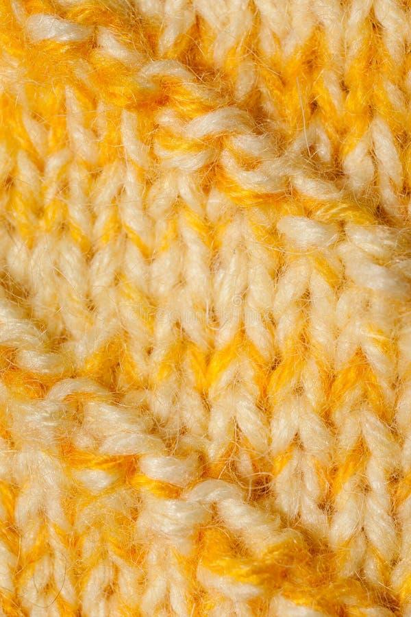 Een close-updeel van geel-wit breide gehaakt met de hand canvas stock afbeeldingen
