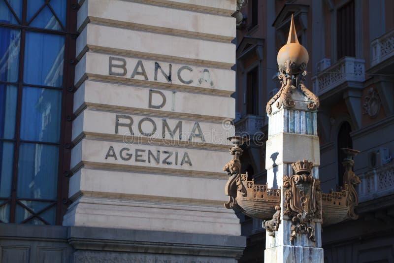 Een close-updeel van schipalto-relievo op een pool en een muur van een gebouw met de naam van een bank in Napels, Italië royalty-vrije stock fotografie