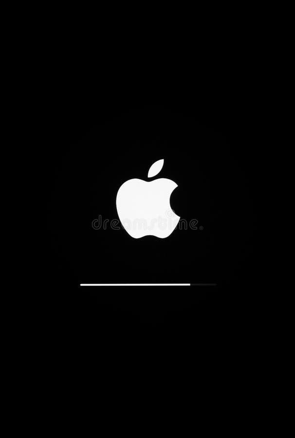 Een close-upfoto van Apple iPad lucht het beginscherm met Apple-pictogram, en updateios 8 1 , ontwikkeld door Apple Inc stock foto's