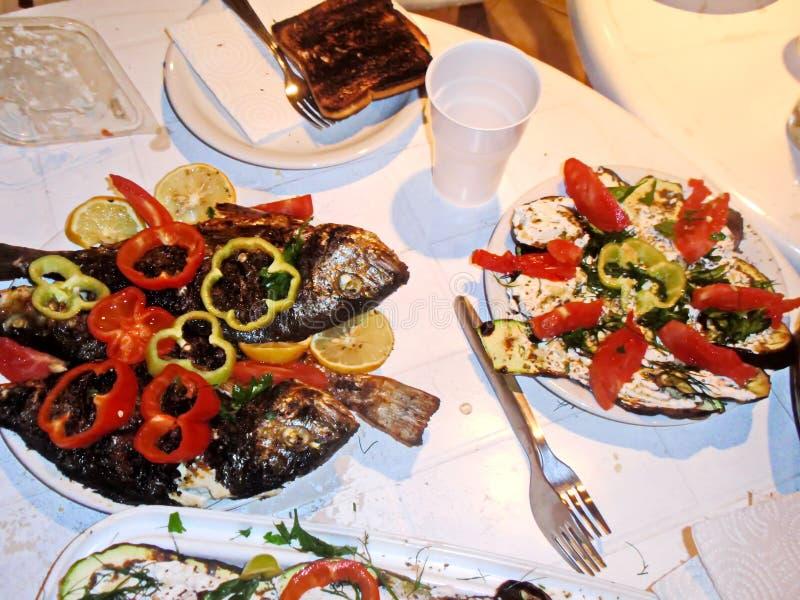 Een close-upmening van diverse schotels van vlees, vissen, braadde groenten, gekookte die rivierkreeften en zeevruchten op lunch  royalty-vrije stock afbeelding