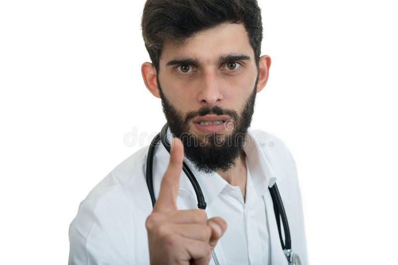Een close-upportret van een ruwe, gefrustreerde, verstoorde die arts op een witte achtergrond wordt geïsoleerd royalty-vrije stock afbeelding