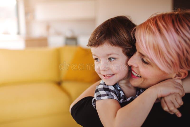 Een close-upportret van jonge vrouw met kleine dochter thuis De ruimte van het exemplaar royalty-vrije stock afbeelding