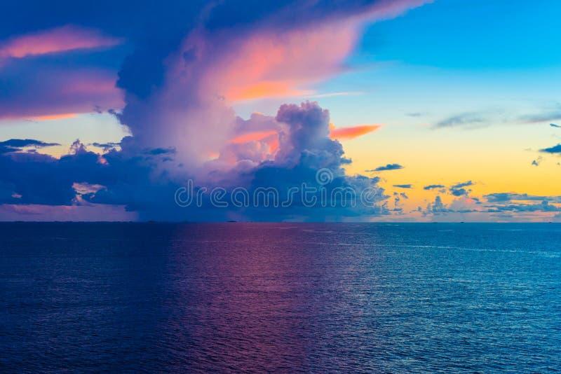 Een Cloudscape in Blauw over de Stille Oceaan royalty-vrije stock fotografie