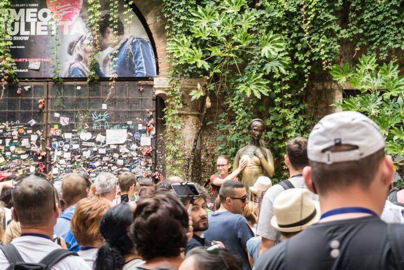 Een collage van foto's van een bronsstandbeeld van Juliet en groep mensen rond het 12 8 2017, Italië Verona royalty-vrije stock afbeelding