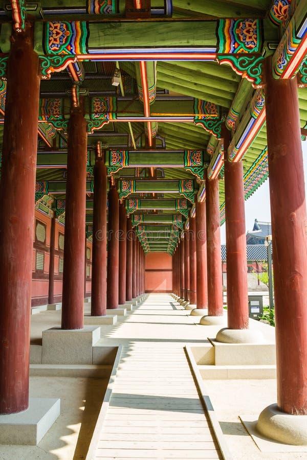 Een Colonnade in Gyeongbok Royal Palace die Herhaling tonen stock foto's