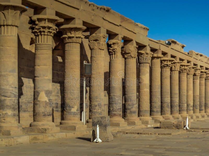 Een colonnade van oude Egyptische kolommen bij Philae-Tempel royalty-vrije stock foto