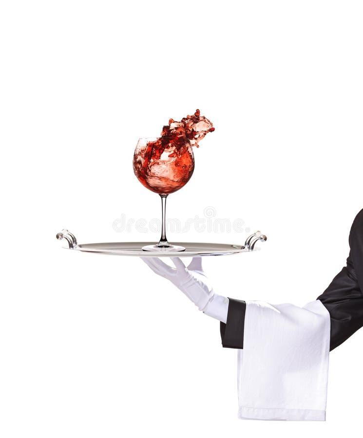 Een combattant die een zilveren dienblad met wijnglas houdt stock fotografie