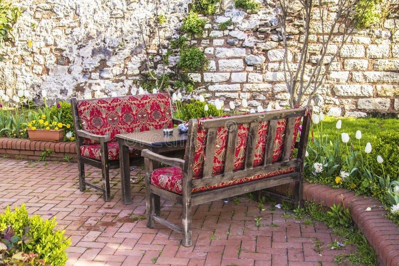 Een comfortabele plaats in de theetuin te ontspannen royalty-vrije stock afbeeldingen