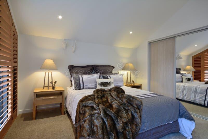 Een comfortabele slaapkamer stock afbeeldingen