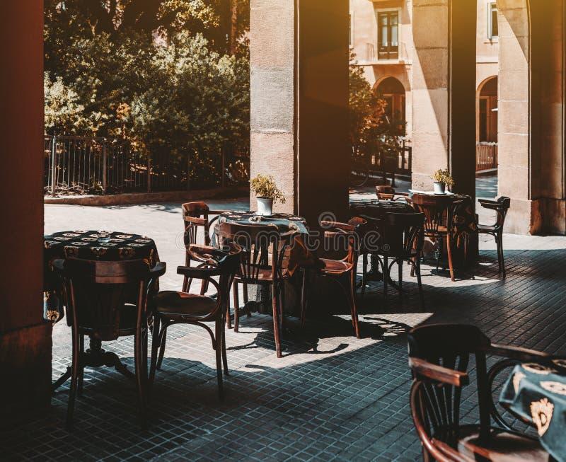 Een comfortabele straatbar zonder bezoekers met klaar lijsten stock foto's