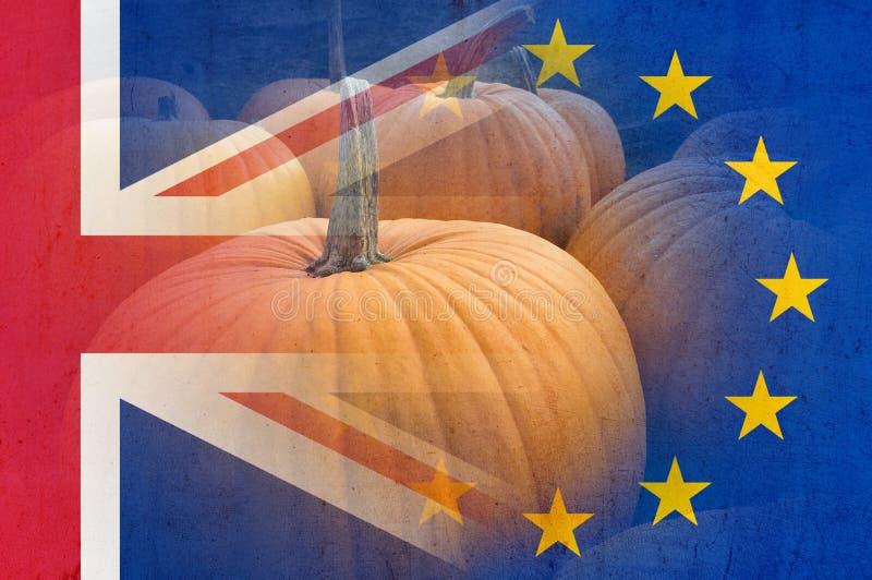 Een concept Halloween Brexit Met pompoenen over gelaagd met E U en Britse vlaggen op bovenkant Met een grunge geef uit stock foto's