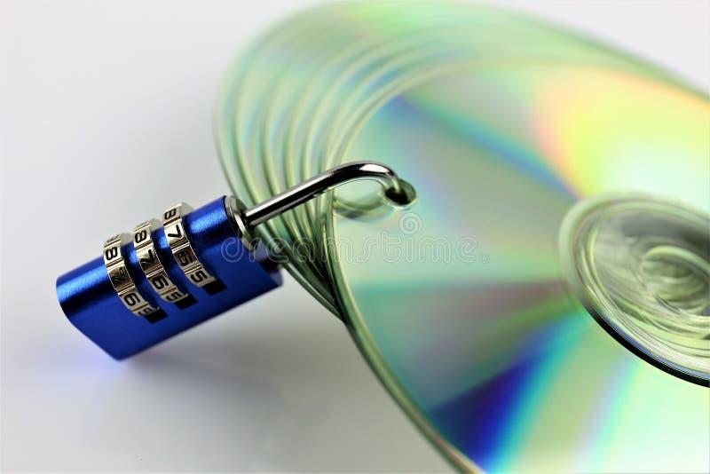 Een conceptenbeeld van een CD en een slot - gegevensbeveiliging stock afbeeldingen