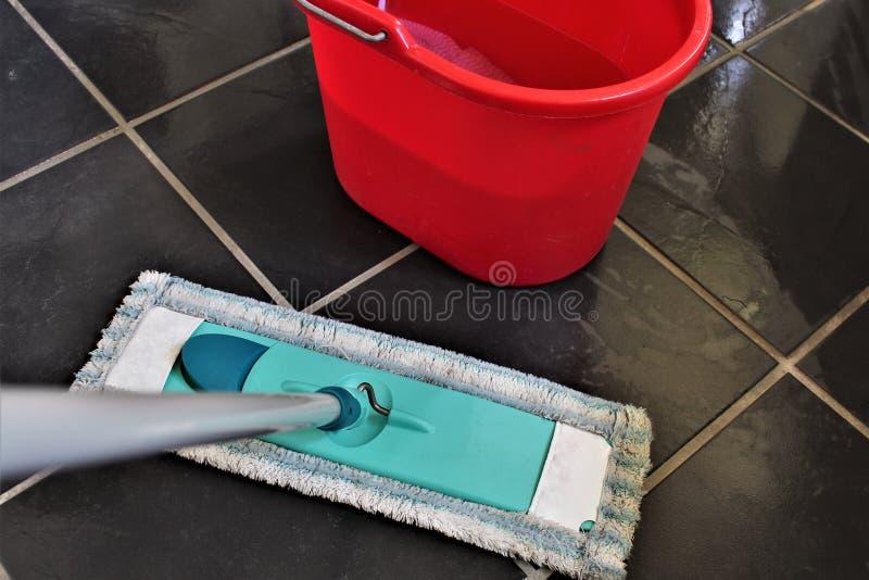 Een conceptenbeeld van het schoonmaken van een vloer stock afbeelding