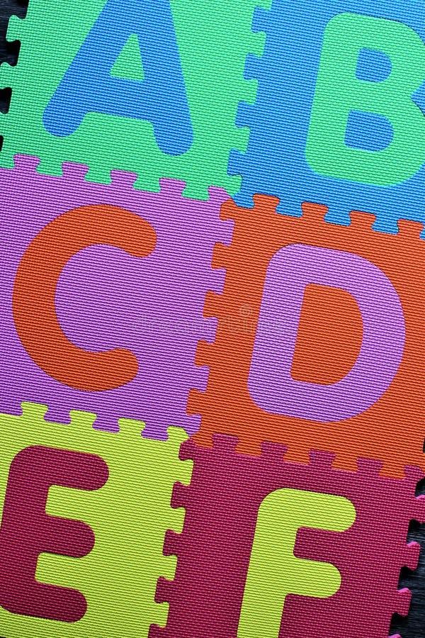 Een conceptenbeeld van een kleurrijk Alfabet, kleuterschool - abc stock illustratie