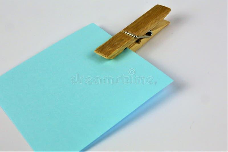 Een conceptenbeeld van een nota met een wasknijper met exemplaarruimte royalty-vrije stock foto's