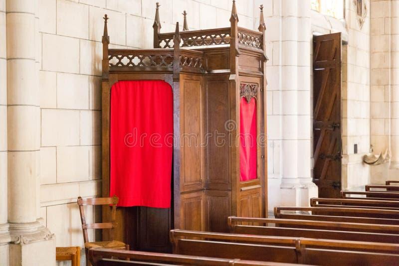 Een confesionnal binnen de kerk van Biarritz in Frankrijk stock fotografie
