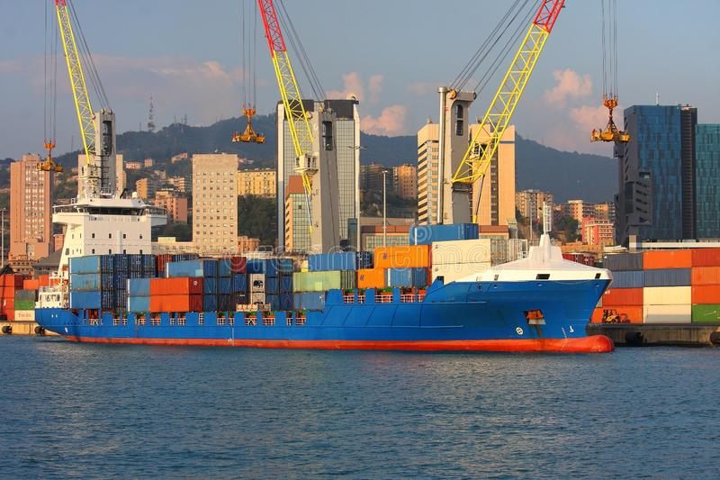 Een containerschip legde in het kalme kanaal van de haven van Genua vast stock afbeeldingen