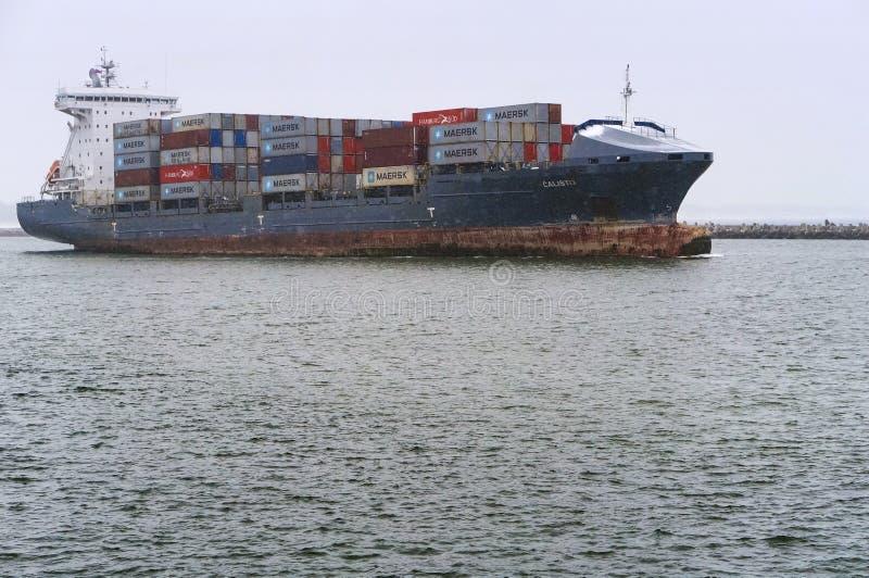 Een containerschip op het water, een schip dragende containers in de winter stock afbeelding