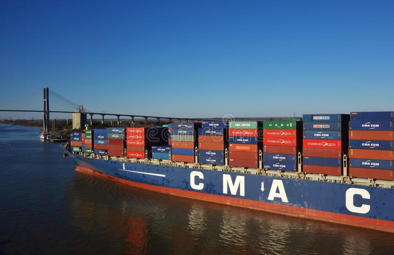 Een containerschip op Savannah River stock foto's