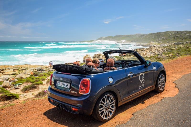 Een Convertibele die de huurauto van MINI Cooper S, door Glen Boutique Hotel in Cape Town wordt bezeten stock afbeeldingen