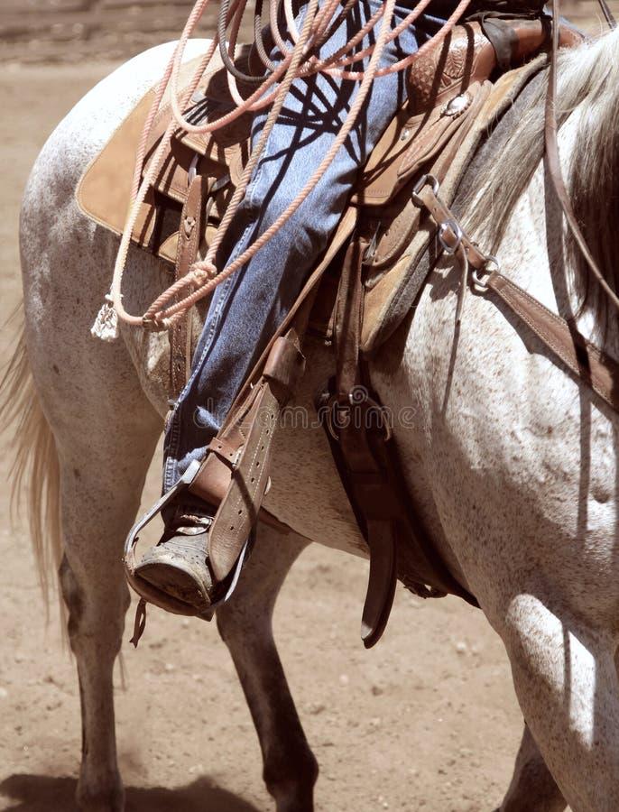 Een cowboy die een paard berijden royalty-vrije stock afbeelding