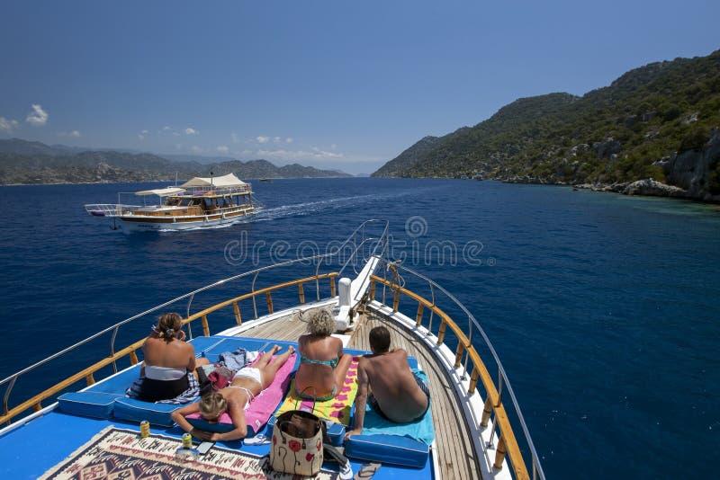 Een cruiseboot drijft voorbij Kekova-Eiland in Turkije stock foto