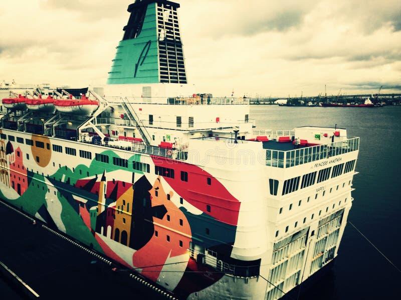 Een cruiseschip in haven stock fotografie