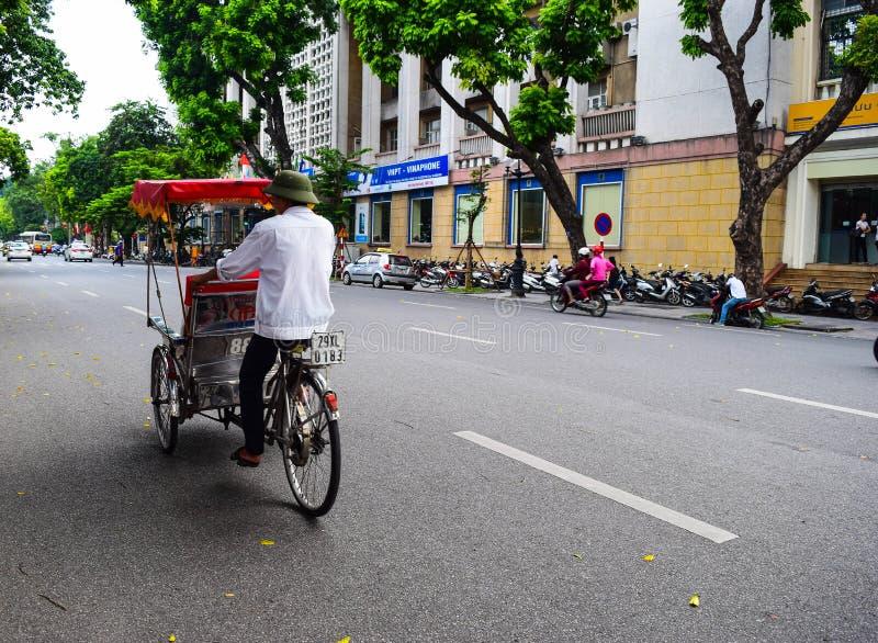 Een cyclobestuurder werkt op 2 Maart, 2012 in Ho Chi Minh City, Vietnam Cyclos is rond voor een meer dan eeuw, maar zij geweest stock fotografie