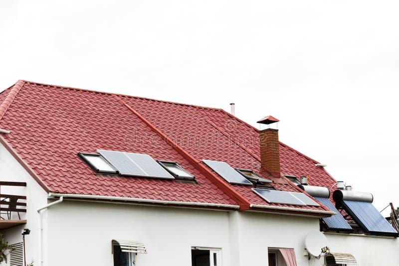 Een dak met zonnepanelen of een photovoltaic installatie op de hemelachtergrond royalty-vrije stock foto's