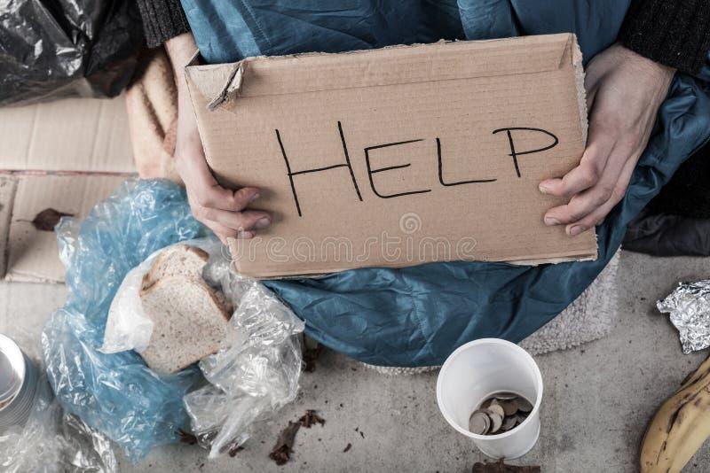 Een dakloze mens die om geld vragen royalty-vrije stock foto's