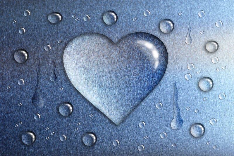 Een daling van water in de vorm van een hart, een blauwe metaalbackgro royalty-vrije stock afbeelding