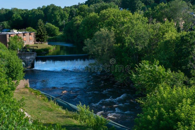 Een dam die een waterval op de rivier vormen royalty-vrije stock foto's