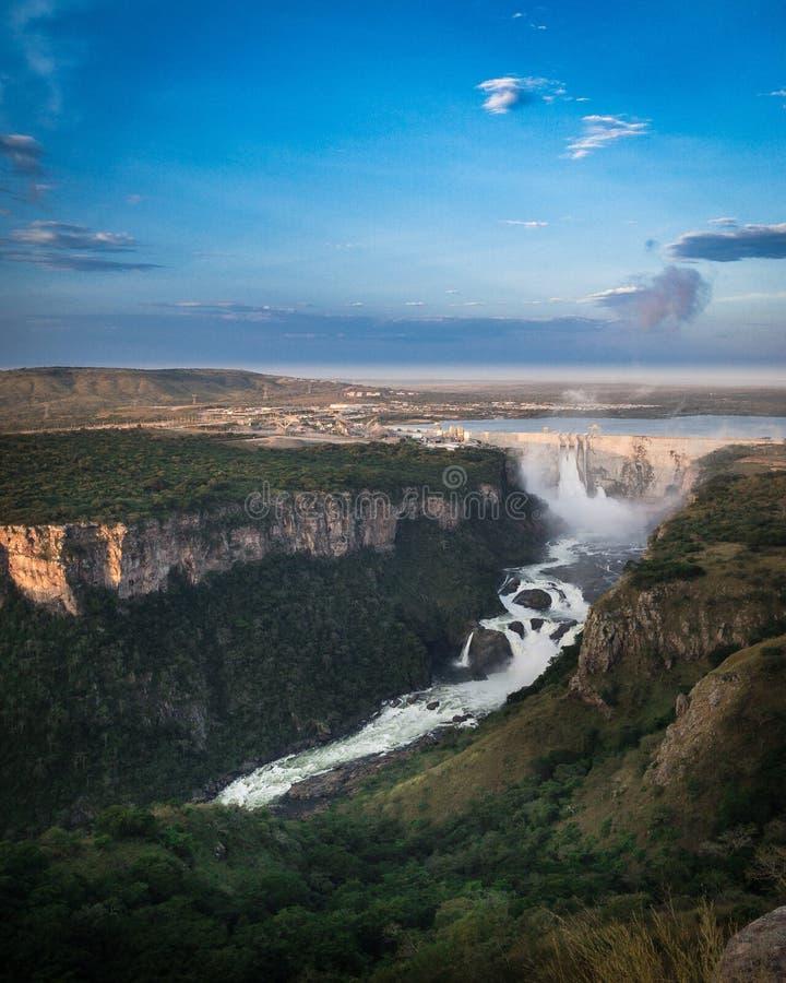 Een dam en een waterval stock fotografie