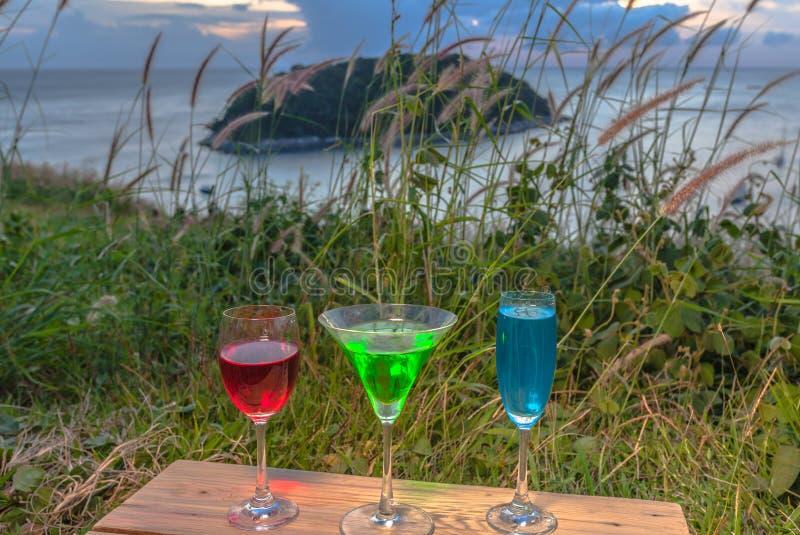 Een dame ontspant op de heuveltop met wat drinkt dranken op heuvelbovenkant voor de meningspunt van de windturbine royalty-vrije stock foto's