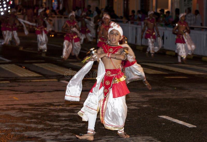 Een Dans van Kothala-uitvoerdersparades door de straten van Kandy tijdens Esala Perahera in Sri Lanka royalty-vrije stock foto's