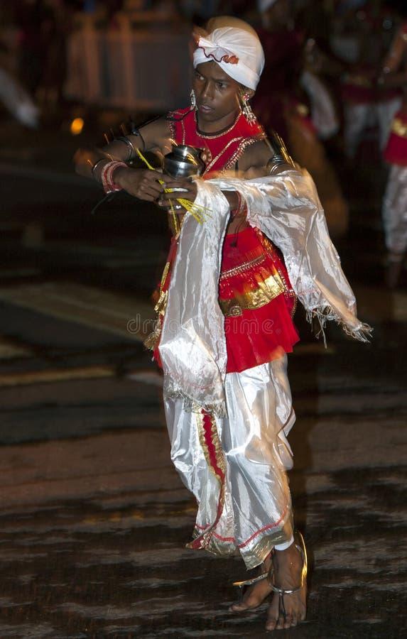 Een Dans van Kothala-uitvoerdersparades door de straten van Kandy tijdens Esala Perahera in Sri Lanka stock foto