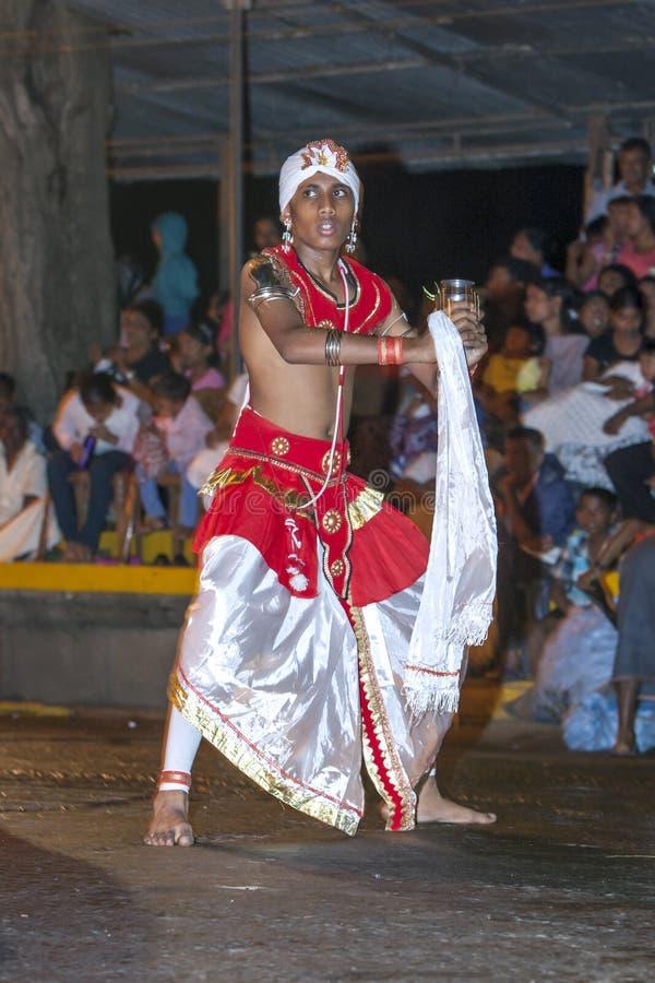 Een Dans van Kothala-uitvoerdersparades door de straten van Kandy tijdens Esala Perahera in Sri Lanka royalty-vrije stock fotografie