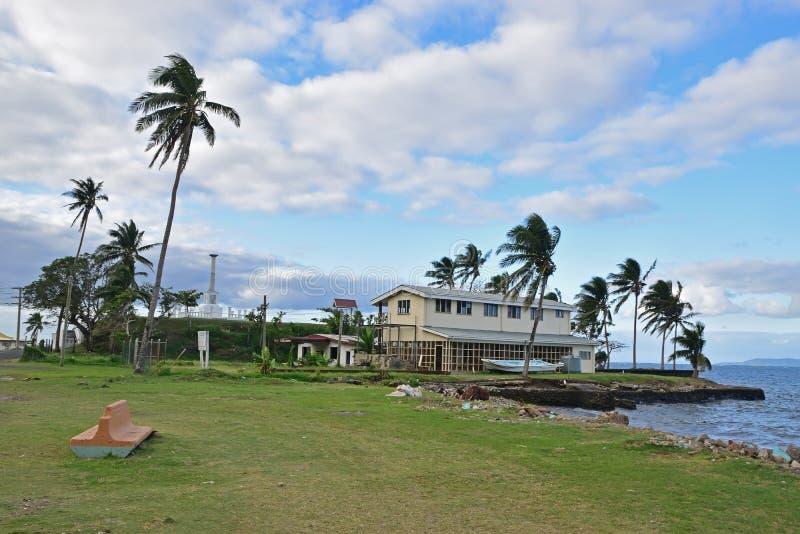 Een de bouw structuur en een herdenkingsmonument naast het strand in Levuka, Ovalau-eiland, Fiji royalty-vrije stock afbeeldingen