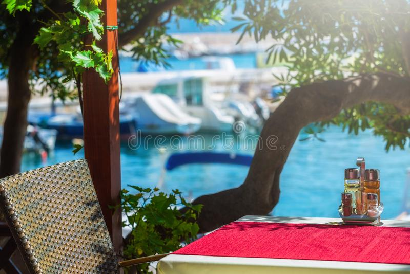 een de kustmening van het de zomerterras van traditionele Europese mediterran royalty-vrije stock afbeelding