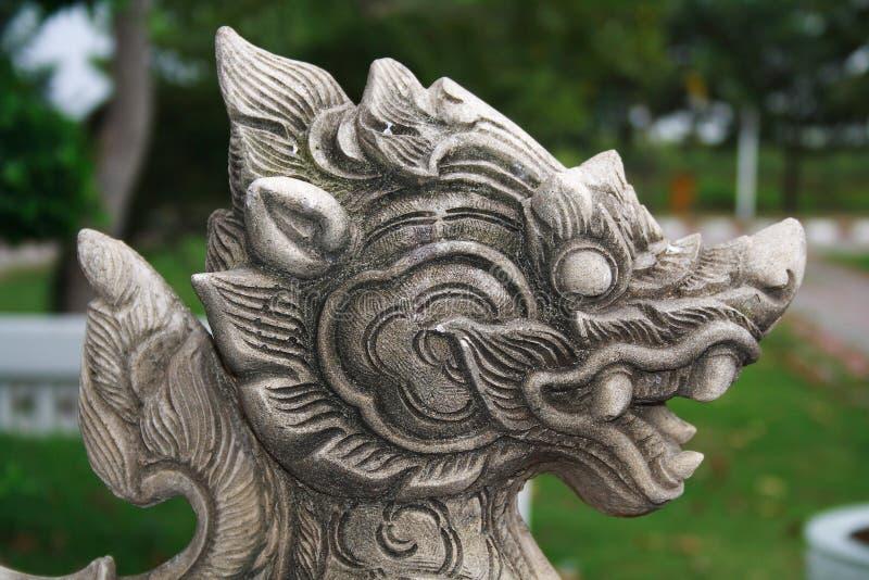 Een de leeuw hoofdstandbeeld van de zandsteen van Thaise fee t stock afbeeldingen