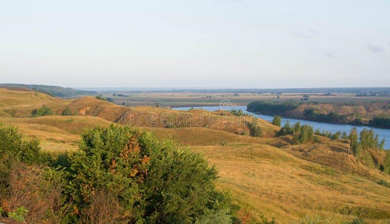 Een de recente zomerlandschap met heuvels royalty-vrije stock afbeelding