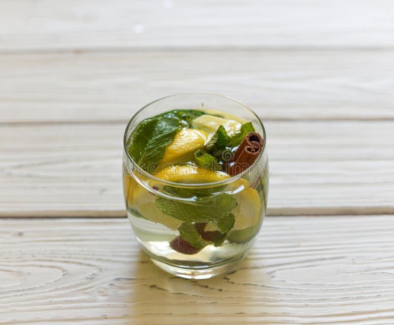 Een de zomerkoude die gezonde smakelijke drank met water, citroen, gember, muntbladeren en komkommer verfrissen stock fotografie