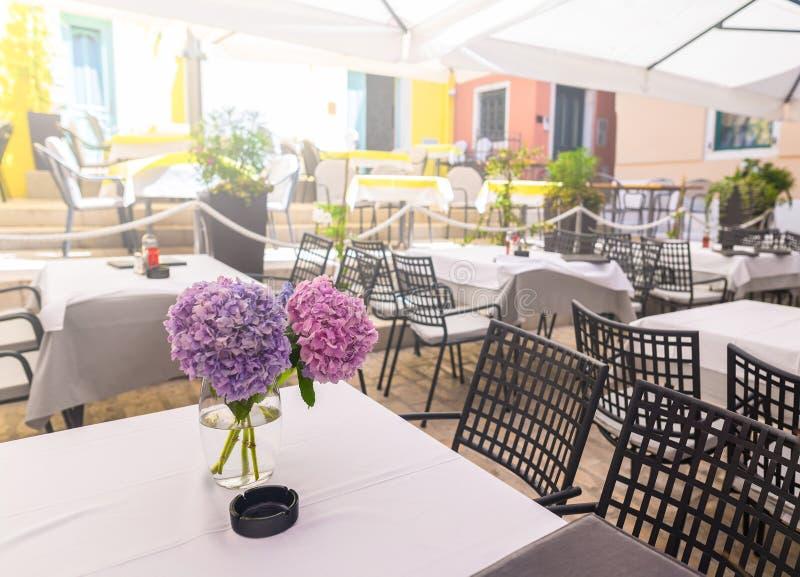 een de zomerterras van traditionele Europese mediterrane restauran stock afbeelding